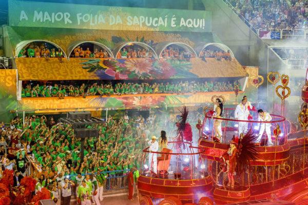 Carro alegórico desfilando frente aos Camarotes VIP Folia Tropical. Carnaval do Rio de Janeiro.