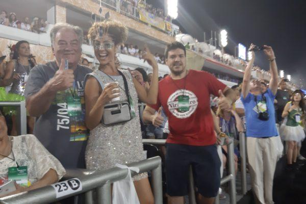 Clientes felizes disfrutando ao máximo nas Frisas. Carnaval do Rio de Janeiro.