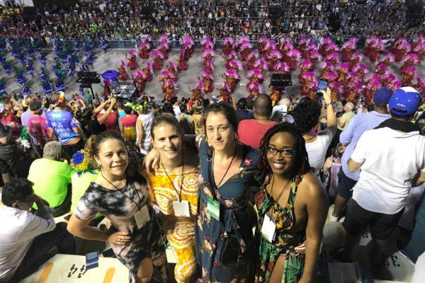 Clientes disfrutando nas arquibancadas do setor 9. Carnaval do Rio de Janeiro.