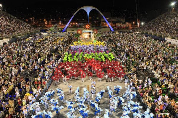 Escola de Samba desfilando na Marquês de Sapucaí. Carnaval do Rio de Janeiro.