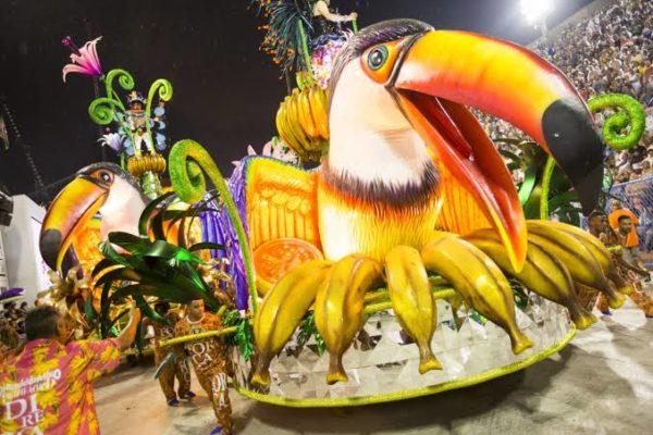 Carro Alegórico desfilando na Marquês da Sapucaí. Carnaval do Rio de Janeiro